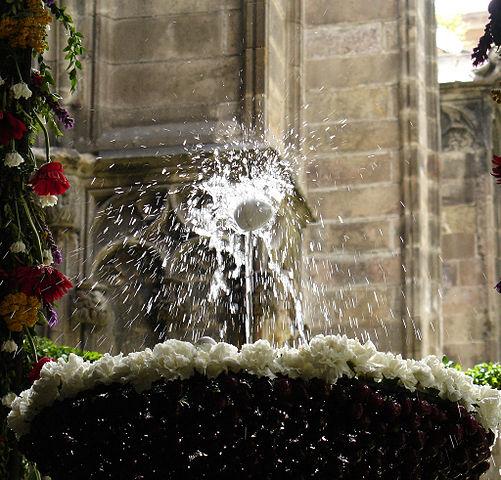 501px-L'ou_com_balla_(Claustre_de_la_Catedral-Barcelona)